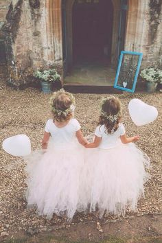 Who doesn't love balloons! Have your flower girls carry Balloons down the aisle. See more alternatives to traditional flower girl baskets on Harsanik blog.