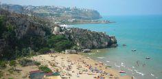 """Il Gargano è senza dubbio uno dei luoghi turistici più belli della Puglia dove trascorrere un week end o un interavacanza circondato da spiagge meravigliose, natura rigogliosa e specialità della gastronomia tipica pugliese. Denominato anche """"Sperone d'Italia"""" il Gargano è un promontorio circondato dal mare"""
