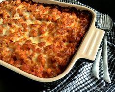 Kylling i fad med tomat, pasta og ost. Krydres noget mere så bliver den perfekt