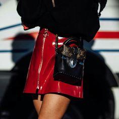 6e16e4eaefe Mini jupe cuir vynil rouge et mini sac Louis Vuitton. Modetrender