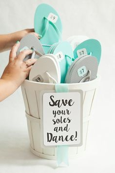 "Awesome DIY idea for making ""wedding flip flop"" favors + FREE sign and shoe size printables!"