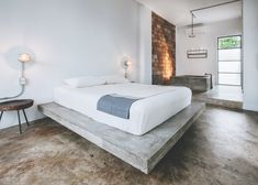 Surfer's paradise hotel Drift San Jose is seeking new owners Concrete Bedroom, Wood Bedroom, Bedroom Bed, Bedrooms, Cinder Block Furniture, Concrete Furniture, Simple House Exterior Design, Platform Bed Designs, Paradise Hotel