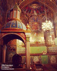 اینجا ایران است کلیسای وانک: پیشینة ساخت کلیسا در این شهر به کوچ برخی از ارامنه به ایران و شهر اصفهان در دوران صفویه بازمیگردد. در آن زمان کلیساهای متعددی به ویژه در محلة جلفا ساخته شد که مهمترین آنها کلیسای وانک بود که کلیسای کوچکی بود. البته کلیسا پس از چند سال و در زمان شاه عباس دوم در سال 1065 هجری قمری تجدید بنا شد و کلیسای بزرگی به جای آن ساخته شد. برج ناقوس آن نیز بعد از 38 سال در زمان سلطنت شاه سلطان حسین صفوی در سال 1113 هجری قمری ساخته شده است. کتیبههای زیادی بر سردر پنجرهها و…