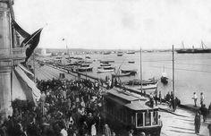 """1908 Διαδήλωση μελών των μασονικών στοών την 24η Ιουλίου. Στην πλατεία Ελευθερίας, ο Εμμανουέλ Καρασσό (εξέχον μέλος του Ιταλικού παραρτήματος της Εβραιο-Μασωνικής στοάς """"Μπενάϊ Μπερίτ"""" και μεγάλος διδάσκαλος της μασωνικής στοάς στη Θεσσαλονίκη """"Αναστημένη Μακεδονία"""", εκφώνησε πανηγυρικό λόγο."""