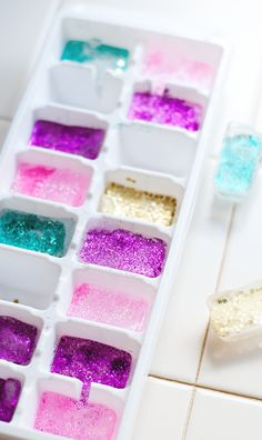 Turn the humble ice cube into the life of the party with edible food glitter and this fun glitter ice cubes tutorial!