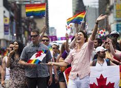 El primer ministro canadiense, Justin Trudeau, hizo historia al convertirse en el primer gobernante en activo del país que desfila en la marcha del Día del Orgullo Gay de Toronto, una de las mayores del mundo.