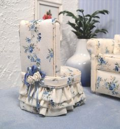 Miniature day-bed with matching chair in 1:12 by janetharvie