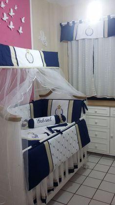 MFE052 – Enxoval Gabriel – Kit berço personalizado azul marinho, bege nude e branco com bordado no tema Ursinho Príncipe com detalhes em estrelinhas nas laterais. Acompanhado com  cortina, capa de bebê conforto, capa para carrinho e um kit pessoal do bebê com saquinho de chupeta, remédio e meias. Fone e WhatsApp: (081) 9.9973-3633   9.8774-0777 -- @maesefilhosmulticoisas – Facebook - https://www.facebook.com/pg/maesefilhosmulticoisas/photos/?tab=albums