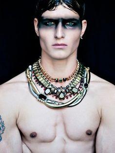 Para los hombres, una opción económica es la que muestra la foto. El personaje tiene estilo griego por los collares. Podemos complementar con unos pantalones o bermudas que pintemos de colores brillantes (grises azulados)