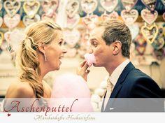 Fotograf: Aschenputtel - Märchenhafte Hochzeitsfotos. Brautpaar mit Zuckerwatte. Mehr Infos zur Fotografin: http://hochzeits-fotograf.info/hochzeitsfotograf/aschenputtel-marchenhafte-hochzeitsfotos