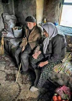 Life is hard together, but alone.it is insupportable. Their holding hands so lovingly makes me want to cry. Vieux Couples, Old Couples, Foto Transfer, Turkish People, Growing Old Together, Old Faces, Old Love, People Around The World, Oeuvre D'art