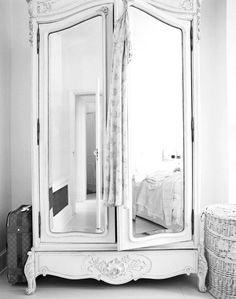 dressing table Romantic Shabby Chic - Bedroom furniture love this mirror pictures Chic Furniture, Shabby Chic Dresser, Shabby Chic Bedroom Furniture, House, Interior, Home, Chic Bedroom, Shabby Chic Romantic Bedroom, Mirrored Armoire