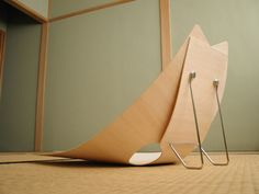 Image of the back of the plywood za-isu in a tatami room.
