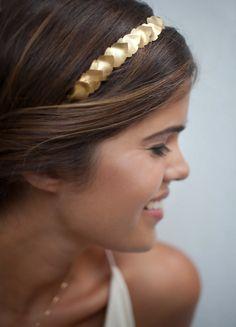 Aprende a hacer una bonita diadema dorada. #DIY #diadema #moda #fashion #pasarela #look