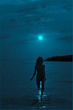 Moonlight......photo by petros L Que simple fui y lo sigo siendo!!!! Todo lo que necesito me lo da el mundo natural!!!! No somos dueños de nada, solo pasajeros en esta vida.