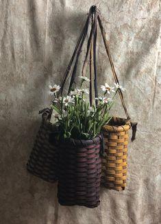 Primitive rag handle baskets Weaving Projects, Weaving Art, Art Projects, Old Baskets, Wicker Baskets, Basket Weaving Patterns, Bountiful Baskets, Willow Weaving, Basket Crafts