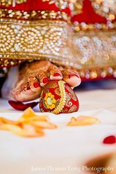 This beautiful Indian wedding ceremony includes lots of traditional elements. #HinduWeddings
