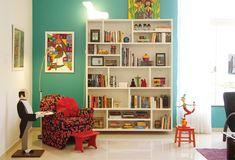 Para a parede desse cantinho, na sala de estar, os moradores optaram pelo tom Turquesa Intenso (ref. 80GG 27/386), da Coral.