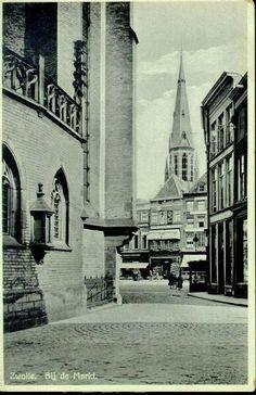 Doorkijkje naast de Grote kerk met blik op de Michaelskerk