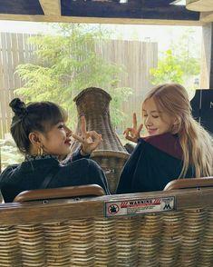 Lisa Lalisa Manoban with Rose Blackpink LISA Lisa Blackpink [lalalalisa_m] Kim Jennie, Divas, Yg Entertainment, South Korean Girls, Korean Girl Groups, Aquarius, K Pop, Rapper, Rose Park
