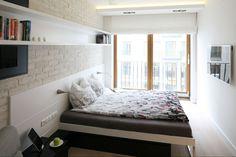 W wąskiej, długiej sypialni lepiej zrezygnować z tradycyjnych mebli, ponieważ sprawiają one wrażenie, że pokój jest zagracony. Lepszym rozwiązaniem będą półki ścienne lub łóżko z panelem, do którego przymocowane są szafki nocne. Projekt: Monika i Adam Bronikowscy. Fot. Bartosz Jarosz