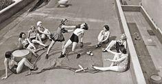 Актрисы варьете-шоу репетируют на крыше здания, потому что внутри слишком жарко, 1938 год. Первое правило женского бойцовского клуба -  всем рассказать о женском бойцовском клубе. / Историческая справка