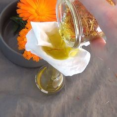 Healing and soothing calendula oil is effective in the treatment of diaper rash or ear infection. Making Essential Oils, Essential Oil Blends, Calendula Oil, Chamomile Essential Oil, Healing Oils, Infused Oils, Medicinal Herbs, Homemade Beauty, Kraut