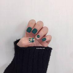Nail art Christmas - the festive spirit on the nails. Over 70 creative ideas and tutorials - My Nails Bright Red Nails, Green Nails, Toe Nail Art, Toe Nails, Korea Nail, Japan Nail Art, Gel Nail Art Designs, Heart Nail Art, Japanese Nails