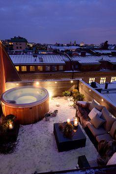 屋外にある浴槽とソファーが別荘みたい。 冬に入るこのお風呂は気持ちよさそう。
