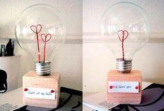 10 idées de cadeaux pour homme à fabriquer pour la Saint-Valentin - บล็อกของฉันของขวัญ Diy Saint Valentine, Valentine Day Crafts, Diy St Valentin, Amor Ideas, Recycled Light Bulbs, 21st Gifts, Heart Decorations, Valentine's Day Diy, Craft Gifts