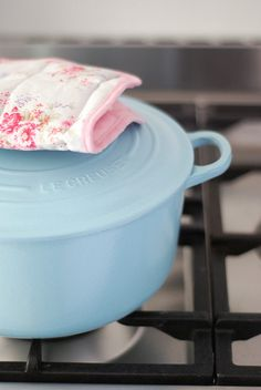 Light blue Le Creuset -- I'm holding out for mint green or cherry red to match my kitchen :) Cocotte Le Creuset, Le Creuset Cookware, Enamel Cookware, Foodtrucks Ideas, Kitchen Dining, Kitchen Decor, Kitchen Dishes, Kitchen Items, Kitchen Utensils
