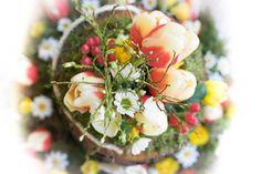 Baumurne mit Blumenschmuck