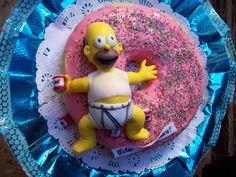 Torta Rosca de Homero Simpson  Homero está hecho en Porcelana fría y es grande como se ve en la foto .También se pueden ser elaborados en pasta comestible, es a pedido! La torta es de Vainilla con un corte de dulce de leche y chips de chocolate. Riquísima!!