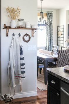Fall Home Tour by The Wood Grain Cottage #EclecticallyVintage love the touch of wheat!