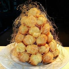You want to impress all the guests at the banquet table? Prepare a stunning French dessert called «croquembouche Croquembouche, French Desserts, French Food, French Recipes, Pistachio Baklava Recipe, Bastille Day, Snack Recipes, Snacks, Easy Recipes