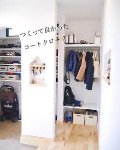 mayu⌂my homeさんはInstagramを利用しています:「. . . こんにちは😃 師走だというのにモチベーション低下中の主婦です(・Д・)ノ . . 夏場はすっからかんだったコートクローク🧥 冬場は大賑わいです🤗🎶 . これ便利で本当につくって良かった〜と思ってます☺️💓 .…」 Compact House, Home Organisation, Door Storage, Cozy Corner, Neat And Tidy, Tiny House Plans, Home And Deco, Home Goods, House Design