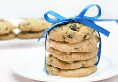 NO flour, NO egg, NO sugar, NO applesauce- High in protein- and tastes great!! WHAAAT! Healthy chocolate chip cookies or dip!
