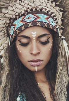 maquillage-guerrier-eyliner-noir-bandeau-de-perles-hama-coiffe-de-chef Halloween Carnival, Halloween Makeup, Halloween Costumes, Makeup Art, Eye Makeup, Estilo Tribal, Light Up Costumes, Indian Face, Indian Costumes