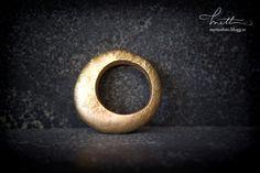 18k gold ring by Jenny Kåberg Metalldesign © Mette Ottosson Photography