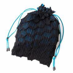 イッセイミヤケISSEY MIYAKE うろこプリーツ巾着バッグ 黒青