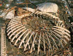 Le stade olympique de Montréal, construit pour les Jeux olympiques d'été de 1976, est un stade omnisports d'une capacité maximale de 65 000 places conçu par l'architecte français Roger Taillibert et muni, selon les plans originaux, d'un toit rétractable.