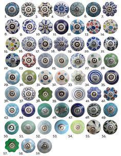 Nos boutons de coffret en céramique classique avec divers motifs et dessins donnera à votre maison une touche toute spéciale ! Ces boutons de meubles vintage aidera à égayer n'importe quelle pièce de votre maison. Ils sont les boutons décoratifs parfaits pour une traction de tiroir de commode, porte de placard ou d'armoire de cuisine. Bouton Détails Ces boutons de meuble décoratifs mesurent : 4cm de diamètre (1,6 pouces), 1,8 cm de profondeur (0,7 pouces), avec une vis de 3.5 cm attaché…