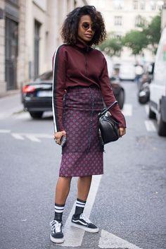 Die besten Streetstyles der Paris Fashion Week Frühling/Sommer 2017 #refinery29  http://www.refinery29.de/2016/10/125377/street-style-paris-fashion-week-ss17#slide-3  Jan Quammie von der deutschsprachigen Instyle trägt einen Burberry Pullover, einen Mary Katrantzou Rock und Vans plus Tasche von Jil Sander und Miu Miu Sonnenbrille. ...