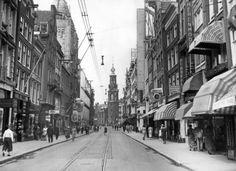 Winkelende mensen in de Reguliersbreestraat in Amsterdam, Nederland, [1938].