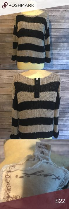 Kenji brand chunky sweater lagenlook medium Love this! Gray and navy chunky stitch sweater size medium. Made by kenji. Has three buttons on the back. Sleeves have cuffs . Wide- boxy cut. Previously owned , no issues. No stains or holes kenji Sweaters
