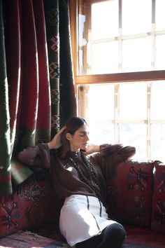 Maroon brown silk pleated blouse MAHI, ivory fleece wool and silk skirt GALENE and bronze chain long necklace INFINITY