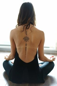 fiori-tattoo-significato-graziosa-idea-schiena-donna-posa-yoga-fiori-loto