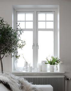 White Interior (picture by Daniella Witte) Interior Window Sill, Window Sill Decor, Interior Windows, Interior And Exterior, Windows Decor, Estilo Interior, Nordic Interior Design, Scandinavian Home, My New Room