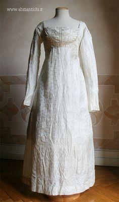 Silk dress ca: 1810 http://www.abitiantichi.it/collezione/abiti/abito135.html