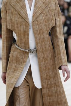 See all the Details photos from Celine Spring/Summer 2017 Ready-To-Wear now on British Vogue Fashion Week, Fashion 2017, Runway Fashion, Spring Fashion, Fashion Show, Autumn Fashion, All Black Fashion, Quirky Fashion, Brown Fashion